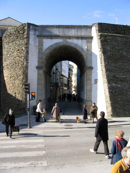 murallasdelugo_paseo1_pta_obispoizquierdo.jpg
