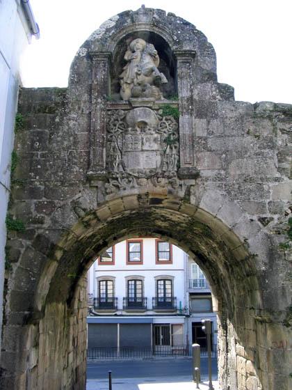 murallasdelugo_paseo1_pta_santiago.jpg